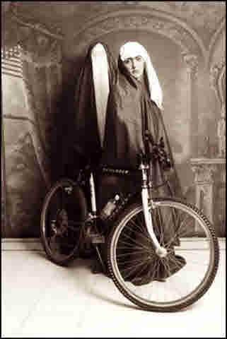 کلهر چادر سیاه دوچرخه سواری زنان